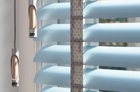 50 mm persienn, breda stegband och dragknopp med träinlägg
