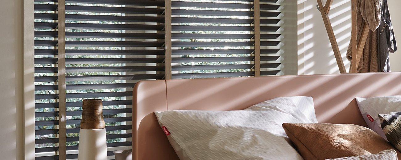 Houten jaloezieën in elke kamer: van woon- tot badkamer - Luxaflex®